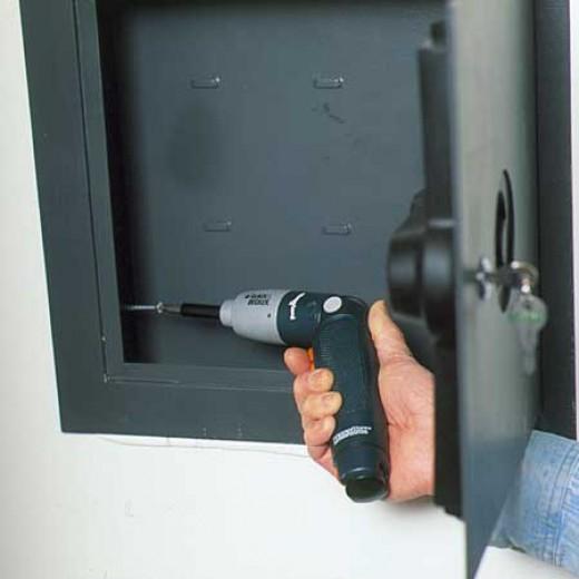 Крепление сейфа: к полу или к стене?